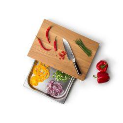 Découpe des aliments sur une planche en chêne